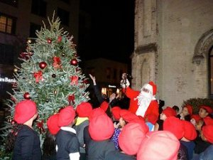 Councilman Stephen Levin officiates the tree lighting accompanied by Santa!